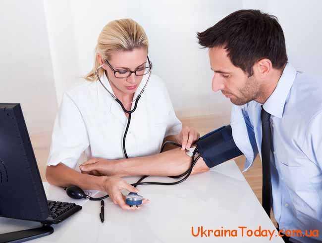 лікар міряє тиск